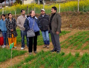 Trude Schwarzacher and HK Chaudhary discuss field selections and trials with students